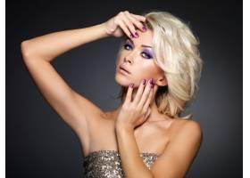 美丽的金发女子修剪紫色的指甲化着眼妆_11555512