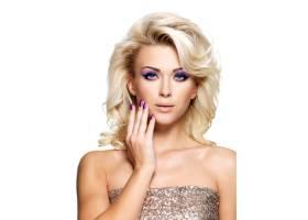 美丽的金发女子有着美丽的紫色指甲和眼妆_10730407