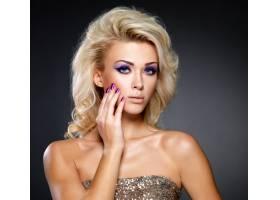 美丽的金发女子有着美丽的紫色指甲和眼妆_10872197