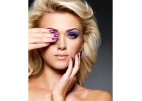 美丽的金发女子有着美丽的紫色指甲和眼妆_10872201