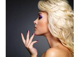 美丽的金发女子有着美丽的紫色指甲和眼妆_10872204