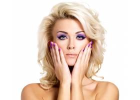 美丽的金发女子有着美丽的紫色指甲和眼妆_10872206