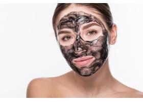 脸上戴着净化黑面罩的年轻女子隔绝在白色的_8473063