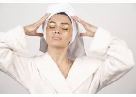 身穿浴袍戴着眼罩的年轻女子摆姿势_11728717