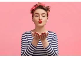 年轻漂亮的女模特飞吻向男友表白穿条纹_9592341