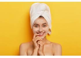 年輕漂亮的歐洲女人享受美容護理溫柔地微_12496032