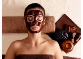 戴着面膜在美容院放松的年轻女子室内_11961581