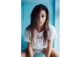 一位头发湿润的漂亮年轻女子_10166990