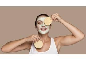 一位年輕漂亮的女士在嘗試化妝品_10758068