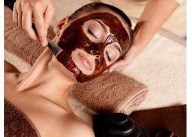 为在美容院接受面膜的年轻女性提供水疗室_11961586