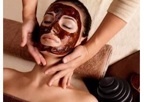 为戴面膜的年轻女性提供SPA按摩室内_11961583