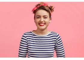 人与幸福观可爱的年轻女子微笑着穿着水_10419695