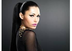 化妆亮丽的时尚女性漂亮脸蛋脖子上戴着手_11961649