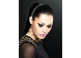化妆亮丽的时尚女性漂亮脸蛋脖子上戴着手_12264912