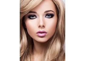化妆亮丽的漂亮年轻女子的肖像漂亮的棕色_11960788