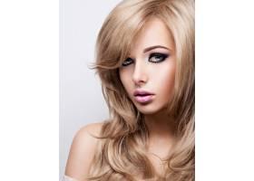化妆亮丽的漂亮年轻女子的肖像漂亮的棕色_12263581
