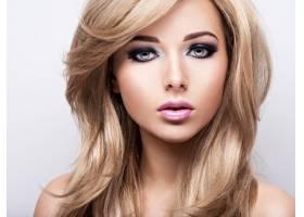 化妆亮丽的漂亮年轻女子的肖像漂亮的棕色_12263583