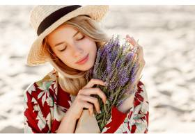 可爱浪漫的金发女孩享受着完美的薰衣草香味_10578814