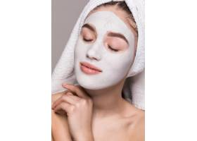 頭戴毛巾的女子美女肖像臉上戴著白色滋補_8473025