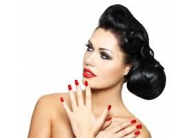 美丽的时尚女性红唇指甲和富有创意的发_12264901