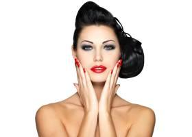 留着红色指甲化着时髦妆的漂亮年轻女子_11961628