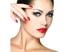留着红色指甲化着时髦妆的漂亮年轻女子_11961632