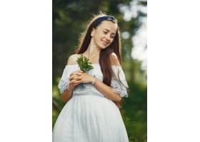 留着长发的女人穿狠狠蓝色连衣裙的女士天性_10706675