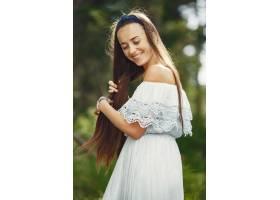 留着长发的女人穿蓝色连衣↑裙的女士天性_10706682