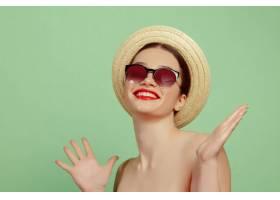 绿色工作室里化妆鲜艳戴着帽子和墨镜的美_10584230