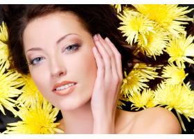 美丽的女性脸头上围着黄色的甘菊_10626062