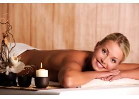 美丽微笑的年轻女子在水疗沙龙放松_10223119