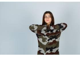年輕的女士穿著毛衣牽著脖子看起來若有所_11620264