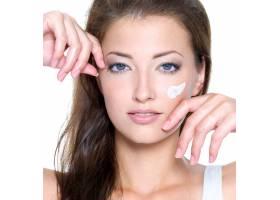 性感女人的特写脸脸上涂着奶油隔离在白_10626403