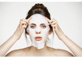 戴面膜的年轻女子美容水疗和美容_9028317