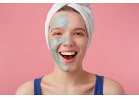 年轻漂亮女孩的肖像洗澡后头上裹着毛巾_10759639