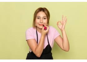 一位身穿粉色t恤和黑色斗篷的前视年轻女理_9806851