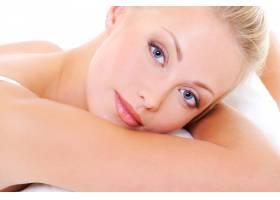 一张美丽的金发女子的特写面孔蓝眼睛健_10881028
