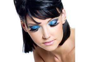 从高角度看一位化着蓝妆的漂亮年轻女子的面_10232025