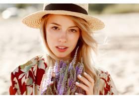 可爱浪漫的金发女孩享受着完美的薰衣草香味_10578809