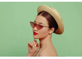 化妝鮮艷戴著紅色眼鏡戴著帽子的美女肖_11649239