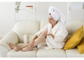 在家做水疗的女人用体奶保湿腿的机会很长_9698354