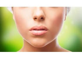 在绿色背景上剪下女性嘴唇_1026043