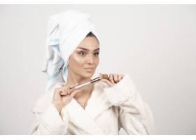头上戴着毛巾和流苏的年轻女子_11778942