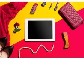 时尚女性配饰和黑板框俯视_7020659