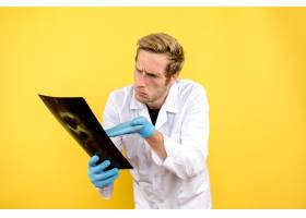 前视男医生手持x光检查黄色背景手术医护人_11960481