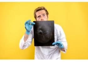 前视男医生手持X光片对黄桌手术医生进行围_11960485