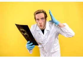 前视男医生手持x光进行黄色背景医用眼镜卫_11960478