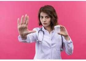 年轻女医生穿着白大褂手持听诊器拿着测_12018195