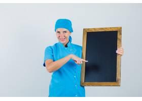 身穿蓝色制服的女医生指着黑板神情开朗_12233715