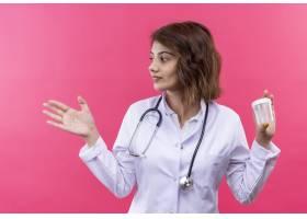 年轻女医生身穿白大褂手持听诊器手持测_12018199
